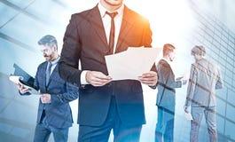 Bedrijfsmensen met documenten in stad, groepswerk stock foto