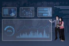 Bedrijfsmensen met futuristische interface Stock Fotografie