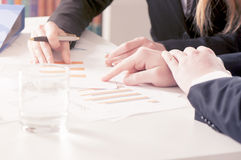 Bedrijfsmensen met grafieken stock afbeelding