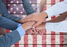Bedrijfsmensen met handen samen tegen Amerikaanse vlag royalty-vrije stock afbeeldingen