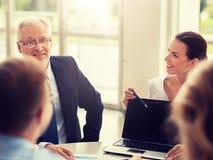 Bedrijfsmensen met laptop vergadering in bureau stock afbeelding