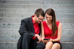 Bedrijfsmensen met mobiele telefoon Stock Afbeeldingen