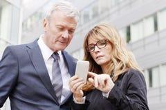 Bedrijfsmensen met mobiele telefoon Royalty-vrije Stock Foto's