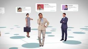 Bedrijfsmensen met profielinformatie die over kaart bevinden zich stock footage
