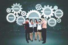 Bedrijfsmensen met puzzelsstukken en toestellen Stock Foto