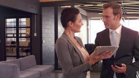 Bedrijfsmensen met tablet die samenwerken stock video