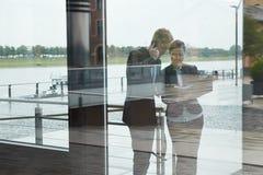 Bedrijfsmensen naast bureau in stad Royalty-vrije Stock Foto