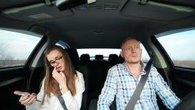 Bedrijfsmensen op de telefoon in auto gelukkig dansen stock footage