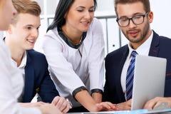 Bedrijfsmensen op een vergadering in het bureau Nadruk bij vrouw het richten in laptop Royalty-vrije Stock Foto