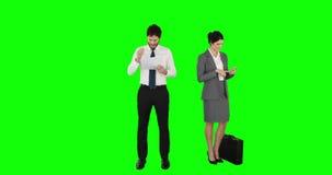 Bedrijfsmensen op telefoon en lezingsdocumenten stock video