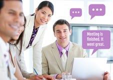 Bedrijfsmensen op vergadering over laptop met praatjebellen Stock Fotografie