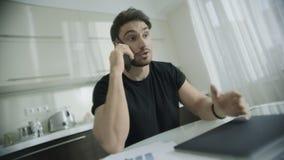 Bedrijfsmensen sprekende telefoon thuis De telefoon van de starteigenaarvraag thuis stock video