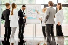 Bedrijfsmensen tijdens een conferentie op het kantoor stock fotografie
