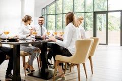 Bedrijfsmensen tijdens een lunch bij het restaurant stock afbeelding