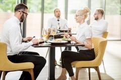 Bedrijfsmensen tijdens een lunch bij het restaurant royalty-vrije stock afbeelding