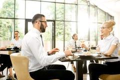 Bedrijfsmensen tijdens een lunch bij het restaurant stock foto's