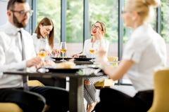 Bedrijfsmensen tijdens een lunch bij het restaurant stock afbeeldingen