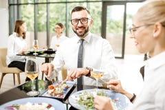 Bedrijfsmensen tijdens een lunch bij het restaurant royalty-vrije stock fotografie