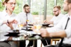 Bedrijfsmensen tijdens een lunch bij het restaurant stock foto
