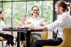 Bedrijfsmensen tijdens een lunch bij het restaurant royalty-vrije stock foto
