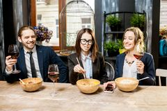 Bedrijfsmensen tijdens het diner in het restaurant royalty-vrije stock foto