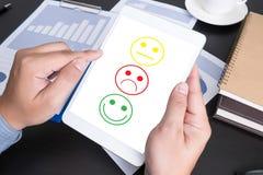 bedrijfsmensen uitgezochte gelukkig bij de tevredenheidsevaluatie? op vaag Royalty-vrije Stock Foto's