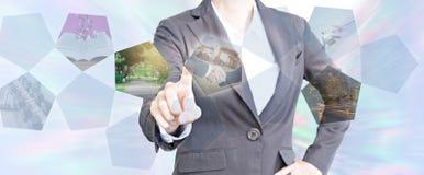 Bedrijfsmensen wat betreft het virtuele scherm over zaken stock afbeelding