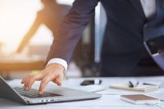 Bedrijfsmensen wat betreft laptop bij het werken royalty-vrije stock afbeeldingen