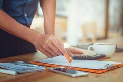 Bedrijfsmensen werkdocument in bureau stock afbeeldingen