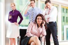 Bedrijfsmensen - werkgever en werknemers in bureau Stock Foto