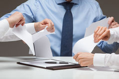 Bedrijfsmensen wreed tearing documenten royalty-vrije stock fotografie