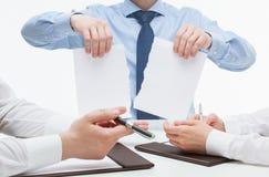 Bedrijfsmensen wreed tearing documenten stock afbeelding
