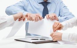 Bedrijfsmensen wreed tearing documenten stock foto