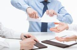 Bedrijfsmensen wreed tearing documenten stock foto's