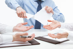 Bedrijfsmensen wreed tearing documenten royalty-vrije stock foto