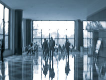 Bedrijfsmensenactiviteit in het de motieonduidelijke beeld van de bureauhal Stock Fotografie