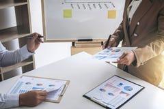 Bedrijfsmensenbespreking, Uitvoerend team die de grafieken bespreken royalty-vrije stock afbeeldingen