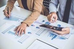 Bedrijfsmensenbespreking, Uitvoerend team die de grafieken bespreken royalty-vrije stock foto