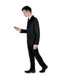 Bedrijfsmensengang met telefoon Stock Foto