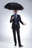 Bedrijfsmensenglimlachen bij u met paraplu Royalty-vrije Stock Foto's