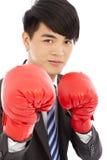 Bedrijfsmensengrijnslach en klaar om met bokshandschoenen te vechten Stock Fotografie
