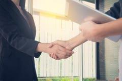Bedrijfsmensenhanddruk bij vergadering of onderhandeling in offic Stock Afbeeldingen
