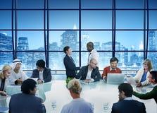 Bedrijfsmensenhanddruk die Collectief Bureau ontmoeten die Conce werken Stock Afbeeldingen