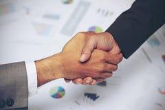 Bedrijfsmensenhanddruk, die overeenkomst, grafiek, bedrijfsgrafieken, succesovereenkomst ondertekenen Royalty-vrije Stock Foto's