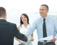 Bedrijfsmensenhanddruk met klant in bureau na het ondertekenen van agr Royalty-vrije Stock Afbeelding