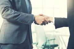 Bedrijfsmensenhanddruk na succesvolle vennootschapovereenkomst royalty-vrije stock afbeeldingen