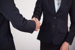 Bedrijfsmensenhanddruk om te assoiëren Concept overeenkomst Stock Foto's