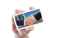 Bedrijfsmensenhanddruk op kaartgreep door menselijke hand Stock Foto