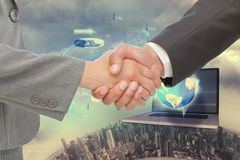 Bedrijfsmensenhanddruk tegen technologieachtergrond Stock Afbeelding