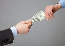 Bedrijfsmensenhanden die geld ruilen Stock Foto's